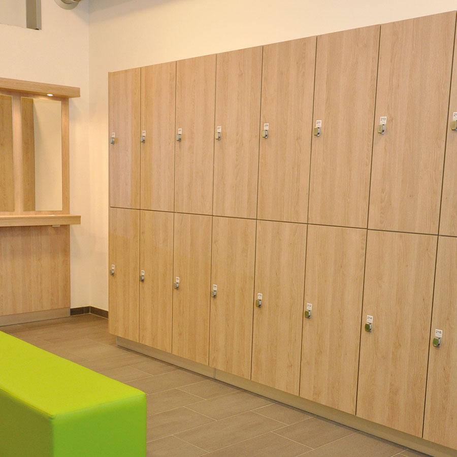 Wąskie szafki z dwoma komorami jedna nad drugą